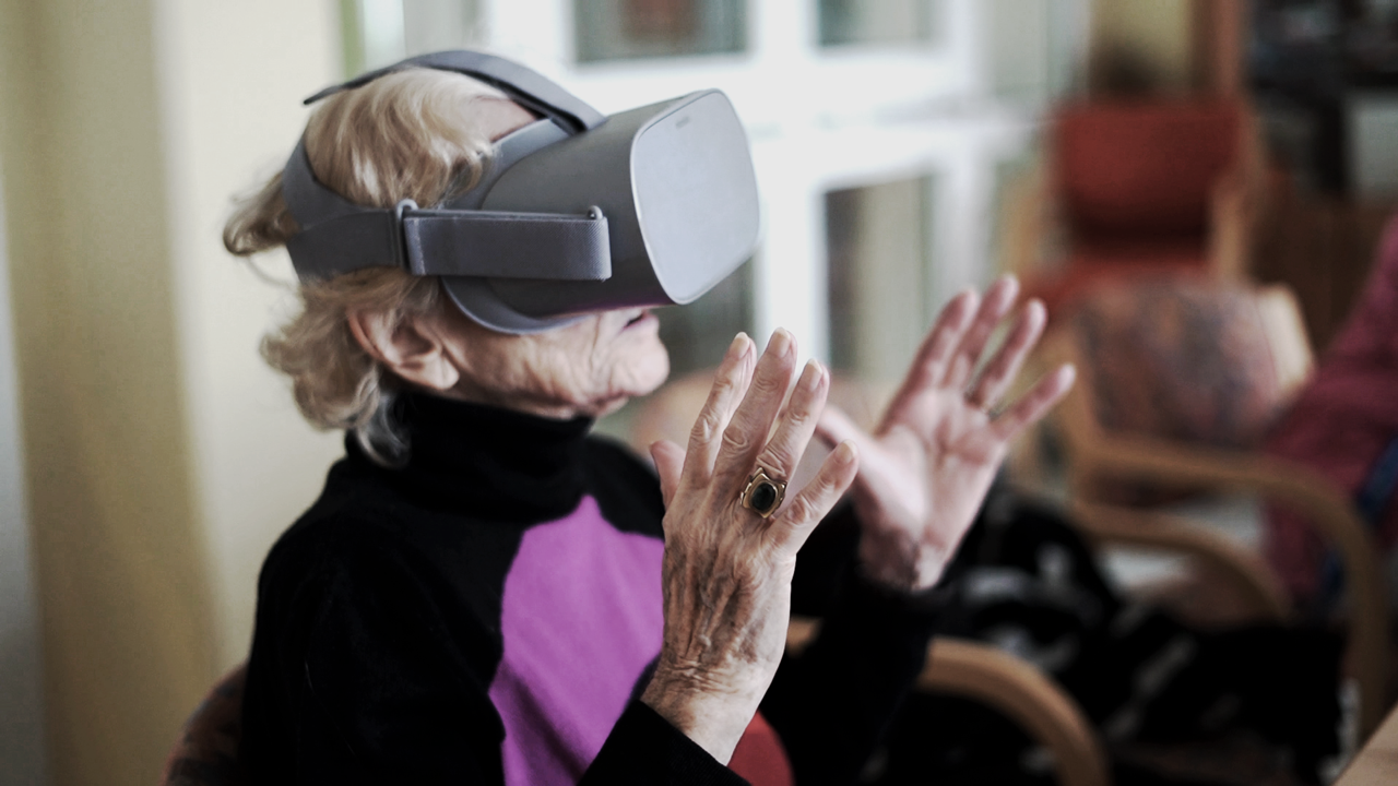 Seniorin mit RemmyVR Brille (VR Brille für Senioren)