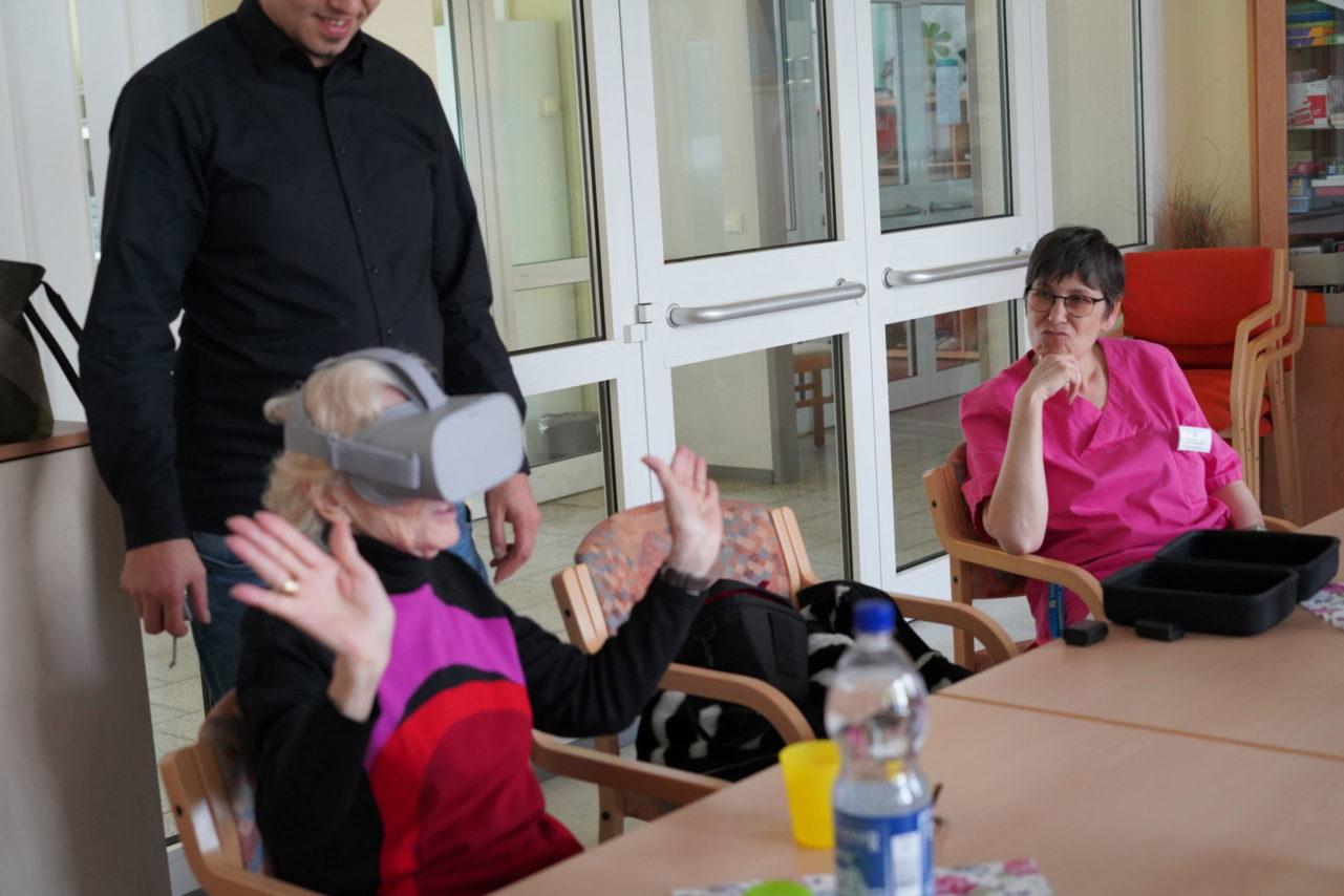 Testlauf mit Seniorin für RemmyVR App (VR Brille für Senioren)