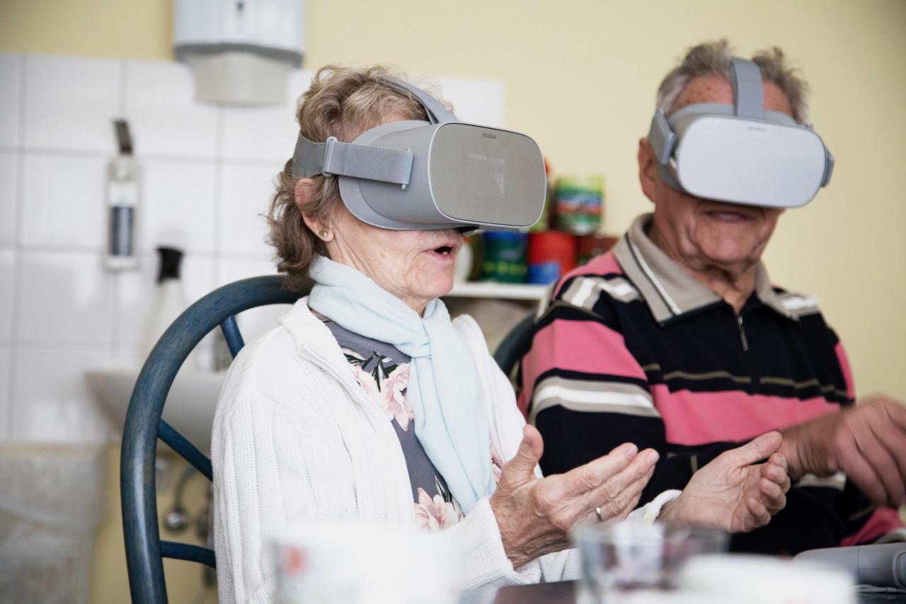 Senioren mit RemmyVR Brille (VR Brille für Senioren)